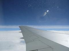【写真: 機内から外を見る】