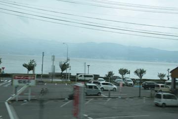 図 雲で遠くが霞む諏訪湖
