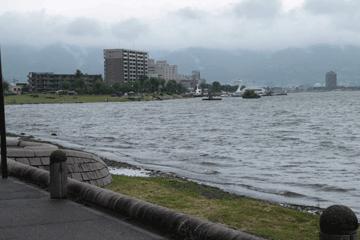 図 風で波立つ諏訪湖